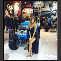 Piękna dziewczyna przy ciągniku